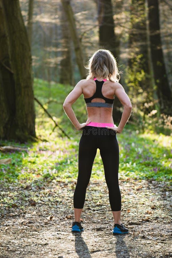 Женщина фитнеса, молодая красивая sportive девушка подготавливая побежать стоковое фото rf