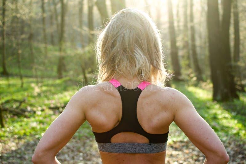 Женщина фитнеса, молодая красивая sportive девушка подготавливая побежать стоковые фото