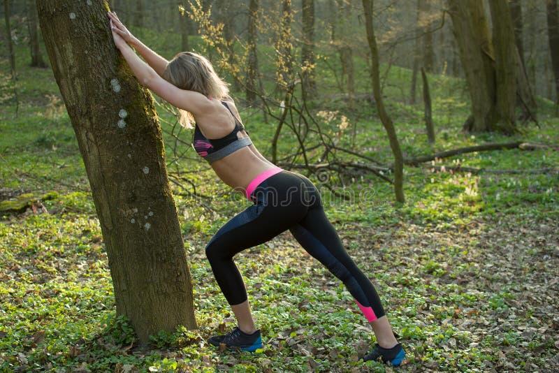 Женщина фитнеса, молодая красивая sportive девушка подготавливая побежать стоковые фотографии rf