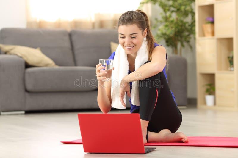 Женщина фитнеса наблюдая на линии консультациях стоковые изображения rf