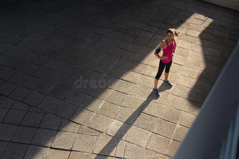 Женщина фитнеса отдыхая после jogging стоковое изображение