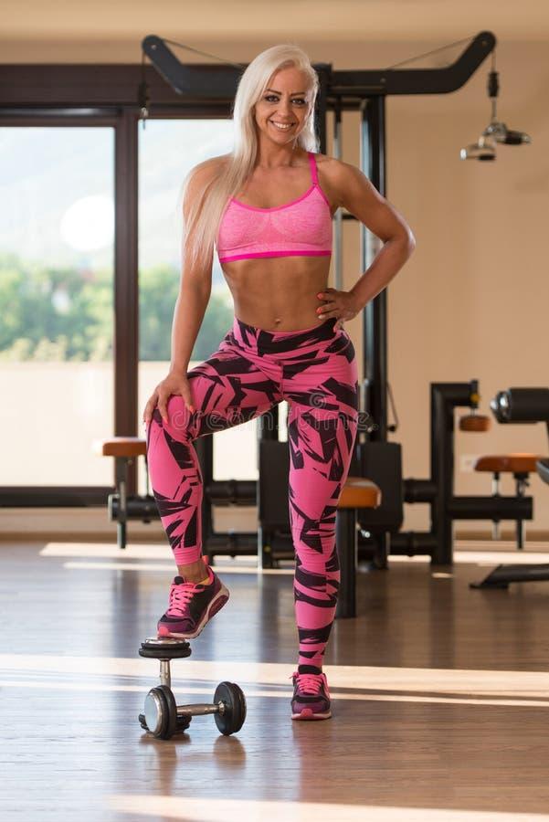 Женщина фитнеса отдыхая после тренировки стоковые изображения