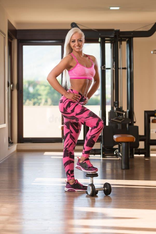 Женщина фитнеса отдыхая после тренировки стоковое изображение