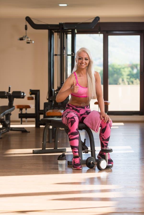 Женщина фитнеса отдыхая после тренировки стоковые фотографии rf