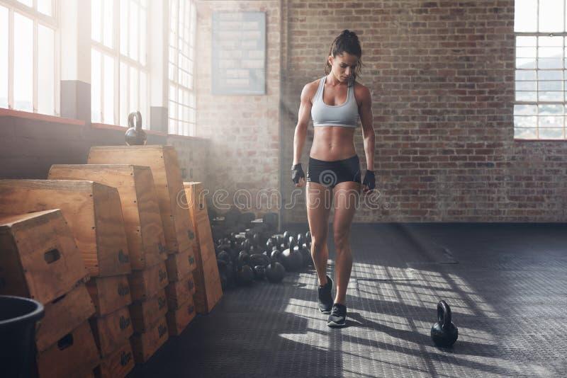 Женщина фитнеса получая готовый для интенсивной разминки crossfit стоковые фотографии rf