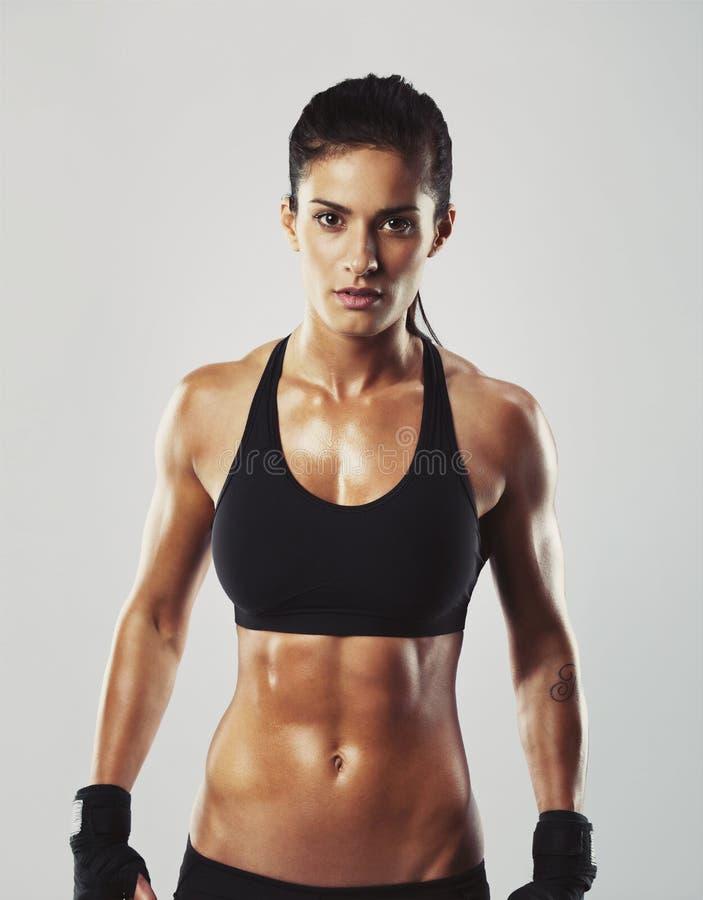 Женщина фитнеса представляя уверенно стоковое фото