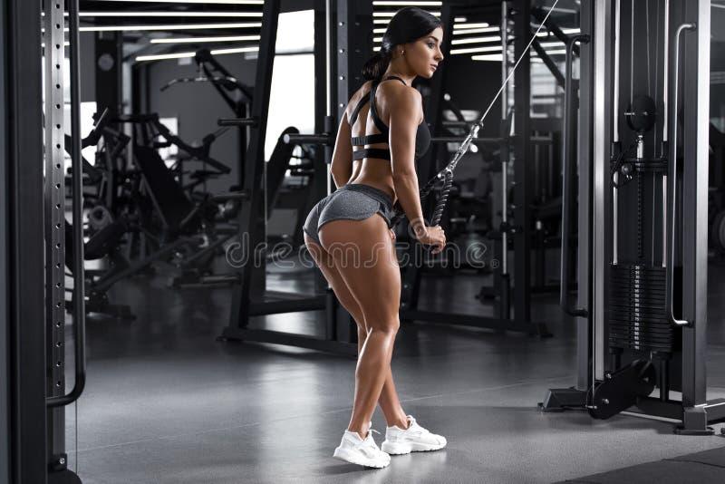 Женщина фитнеса разрабатывая в спортзале Активный работать девушки Сексуальные батокс в ремне стоковое изображение