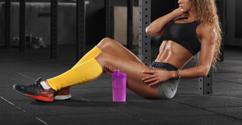 Женщина фитнеса сексуальная в спортзале, плоском abs живота Красивая мышечная девушка, форменная подбрюшная, тонкая талия стоковое фото