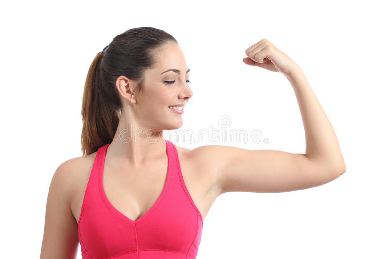 Женщина фитнеса смотря ее мышцу бицепса стоковая фотография rf