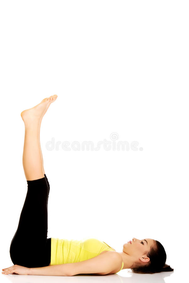 Женщина фитнеса с ее ногами вверх стоковые фото