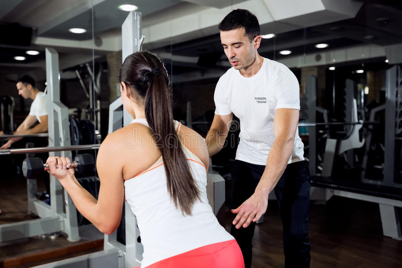 Женщина фитнеса с личным тренером стоковое фото