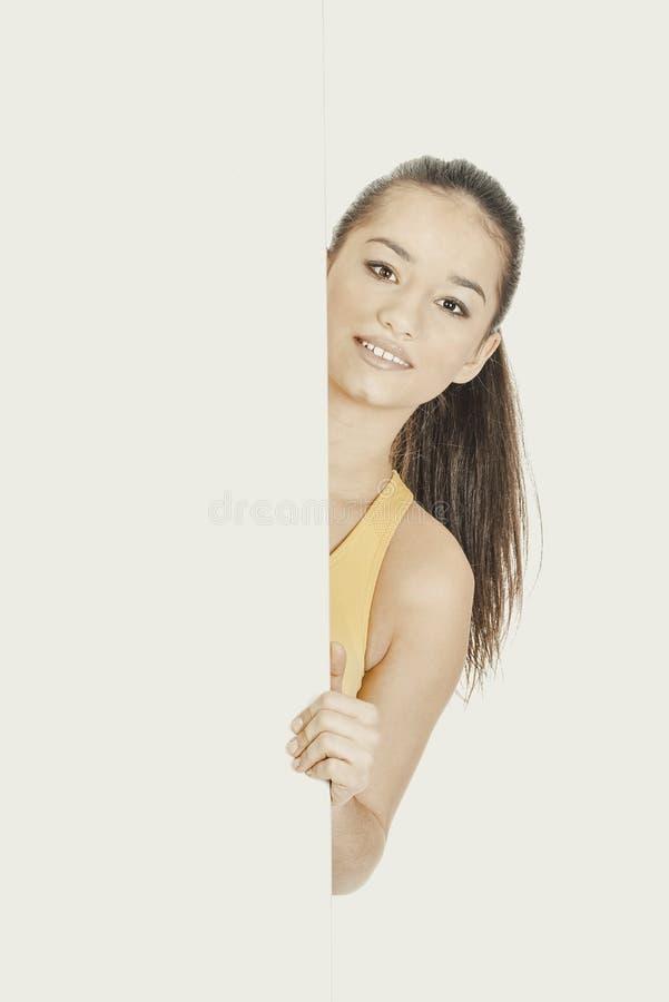 Женщина фитнеса с пустым плакатом стоковое фото rf