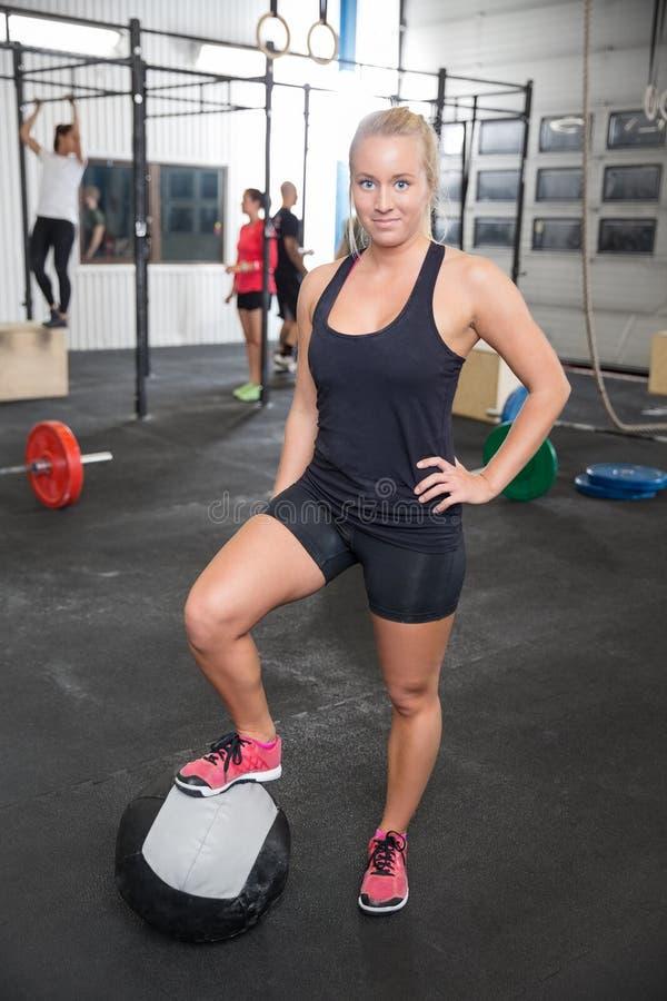 Download Женщина фитнеса с шариком медицины Стоковое Фото - изображение насчитывающей красивейшее, гараж: 41663048