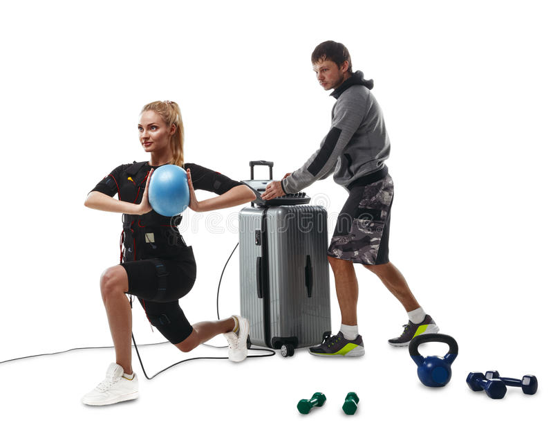 Женщина фитнеса EMS делая шарик работает с тренером стоковая фотография rf