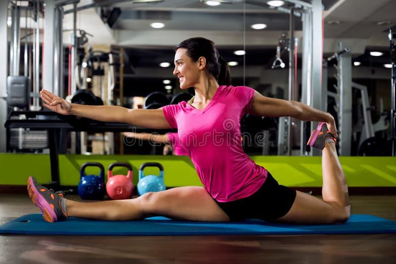 Женщина фитнеса streching стоковые фото