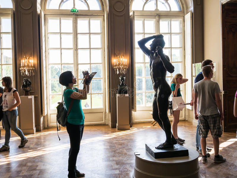 Женщина фотографирует скульптуру в музее Rodin, Париже, Франции стоковые изображения