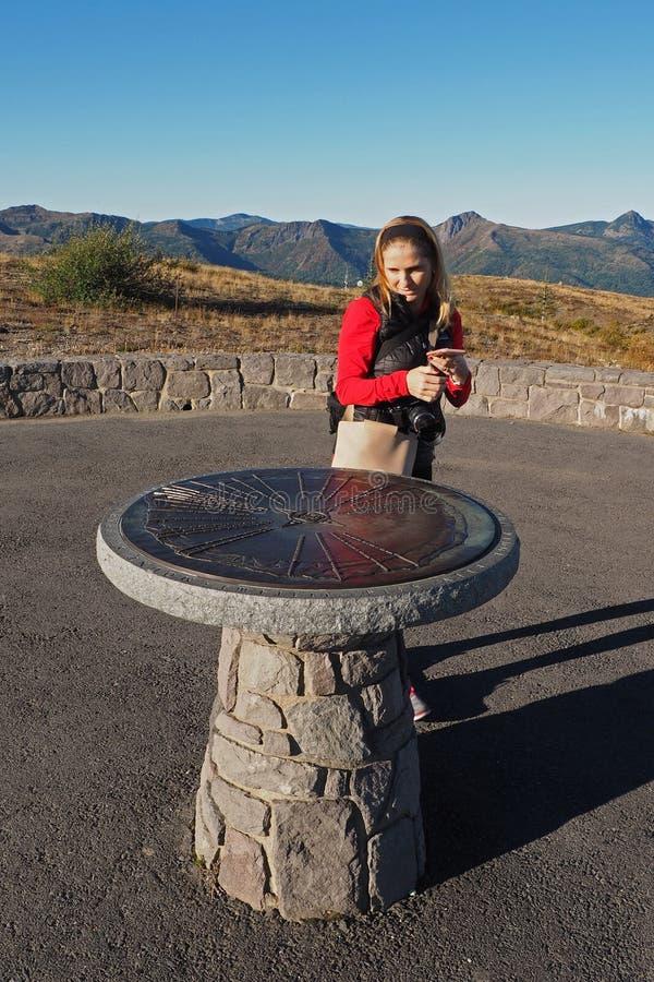Женщина фотографируя дирекционный памятник на памятнике Сент-Хеленс национальном вулканическом стоковые фотографии rf