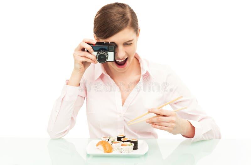 Женщина фотографируя суши Стоковые Изображения RF
