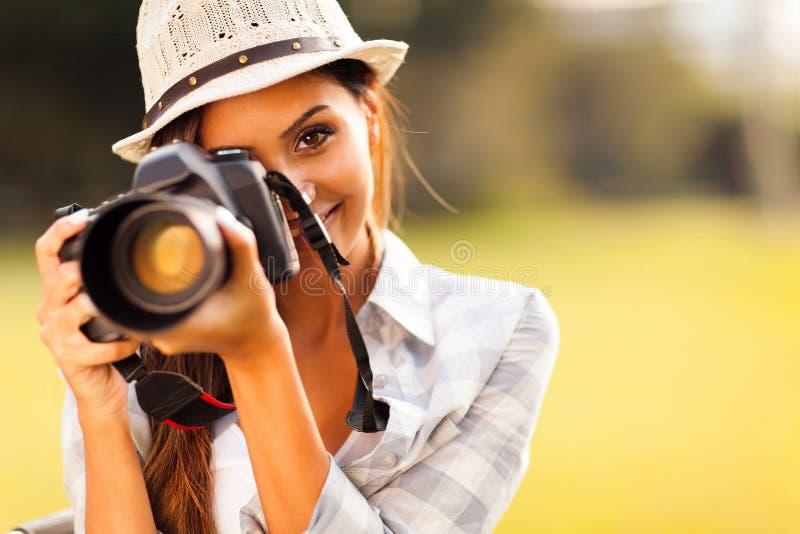 Женщина фотографируя стоковая фотография rf