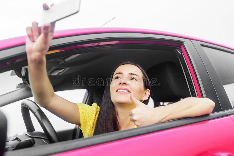 Женщина фотографируя selfie стоковое фото rf