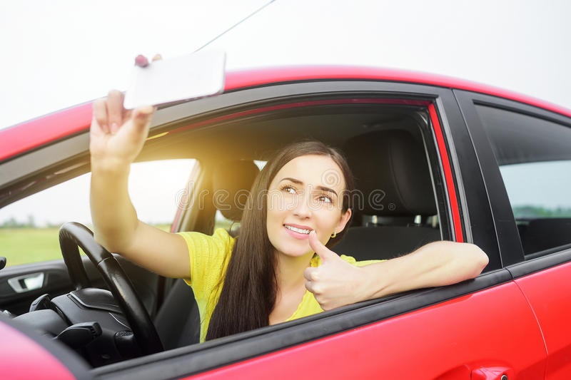 Женщина фотографируя selfie стоковая фотография