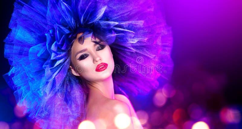 Женщина фотомодели в красочный яркий представлять светов Портрет красивой сексуальной девушки с ультрамодным составом и красочным стоковые фотографии rf