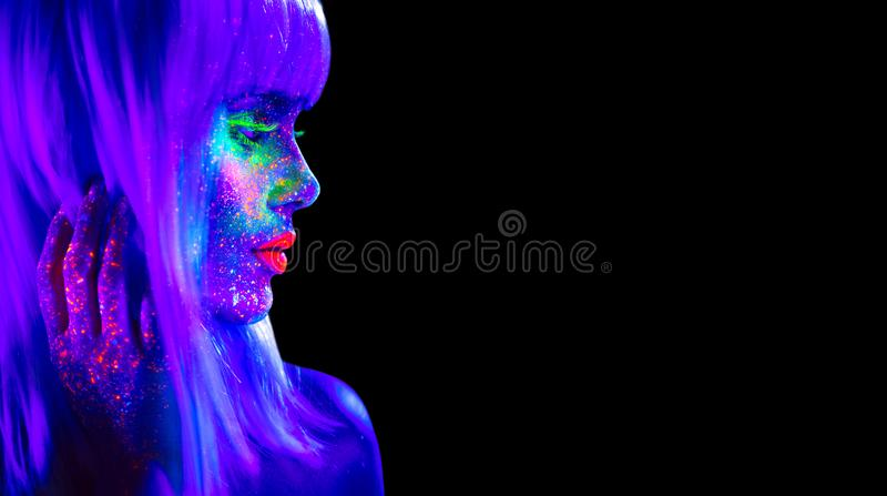 Женщина фотомодели в неоновом свете Красивая модельная девушка с красочным ярким дневным макияжем изолированная на черноте стоковое изображение