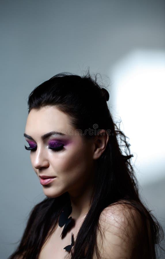 Женщина фотомодели в свете, портрете красивой модели с дневным составом, дизайном искусства красочным составляет Портрет щеголя стоковые изображения rf