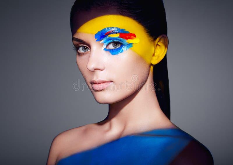 Женщина фотомодели при покрашенная покрашенная сторона стоковое фото