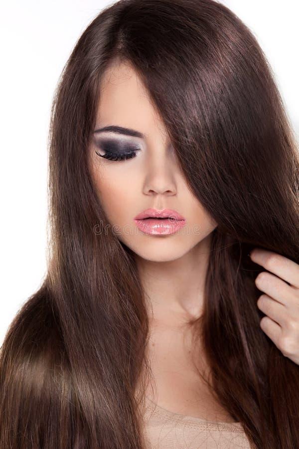Женщина фотомодели с длинными здоровыми волосами Брайна. Красота Brunett стоковые фотографии rf