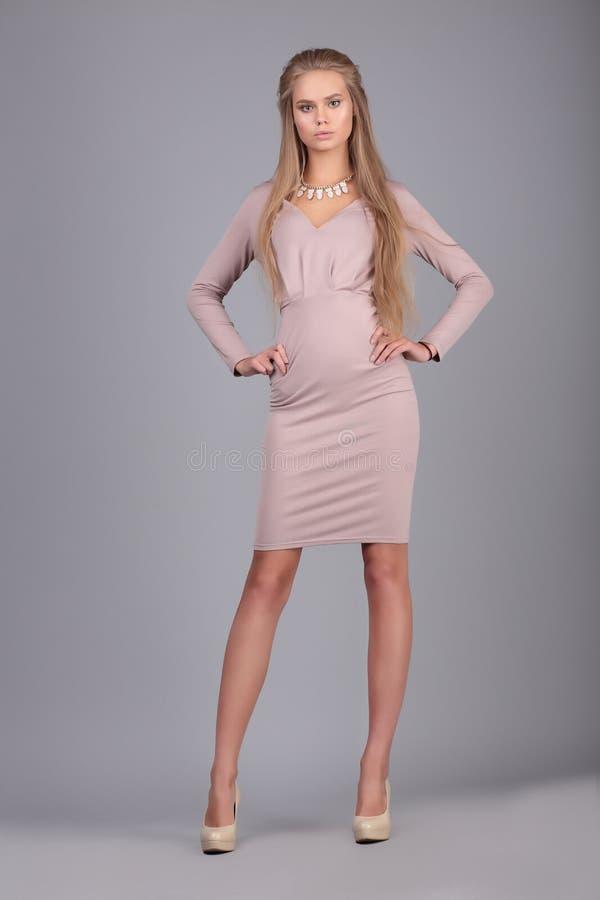 Женщина фото моды в платье стоковое фото