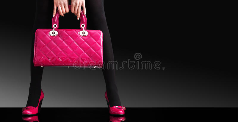 женщина фото ног сумки способа сексуальная стоковое изображение rf
