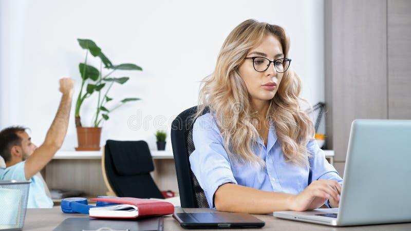 Женщина фрилансера работая на компьтер-книжке компьютера стоковые изображения rf