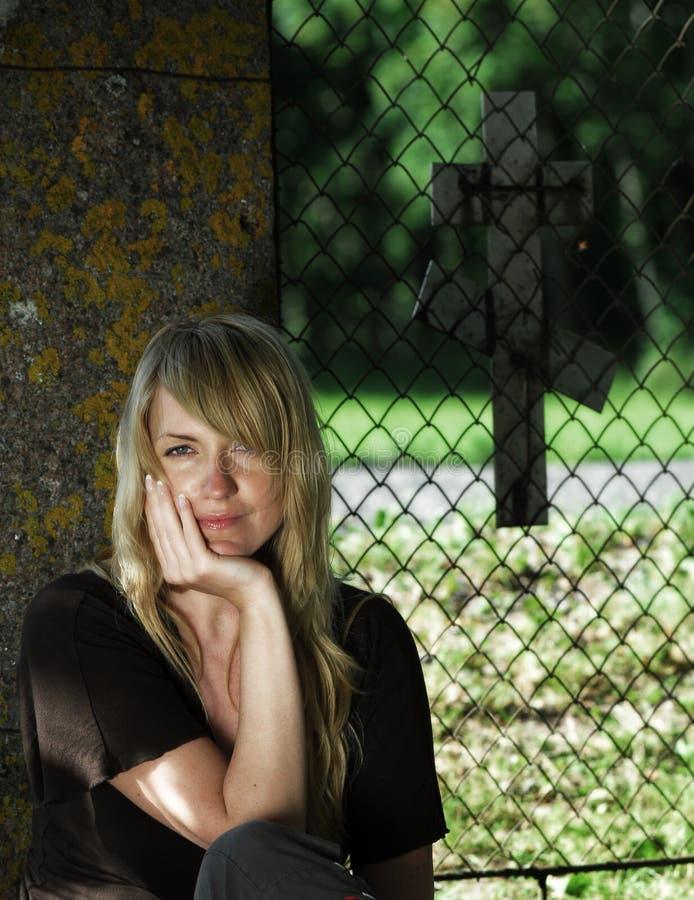 женщина фронта загородки церков стоковые фото