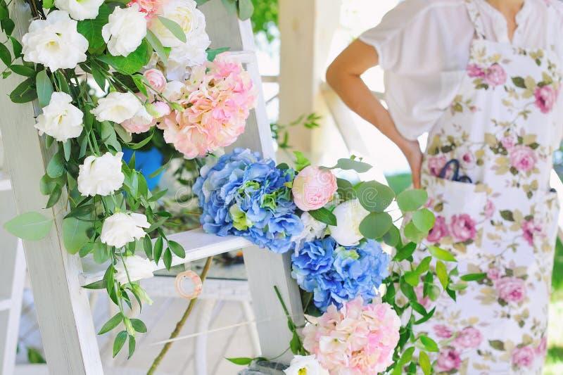Женщина флориста на работе стоковые изображения rf