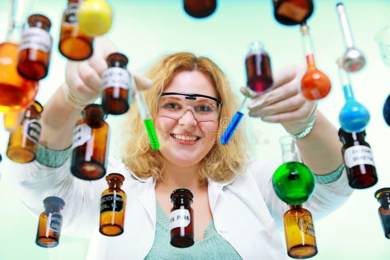 Женщина химика с химическими трубками стеклоизделия стоковые фотографии rf