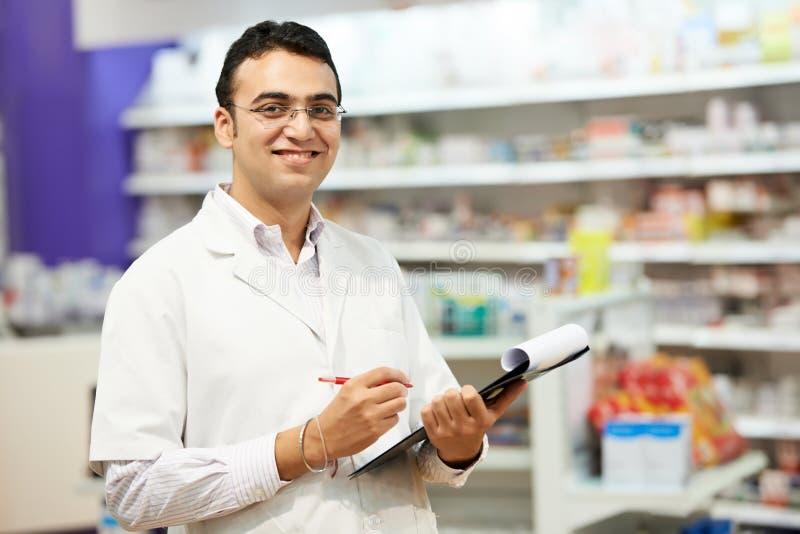 Женщина химика фармации в аптеке стоковые фото
