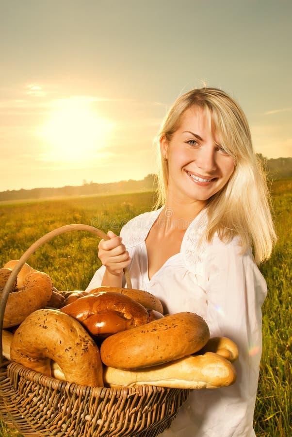 женщина хлеба корзины стоковые изображения rf