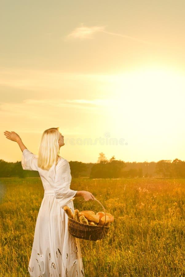 женщина хлеба корзины стоковое изображение rf