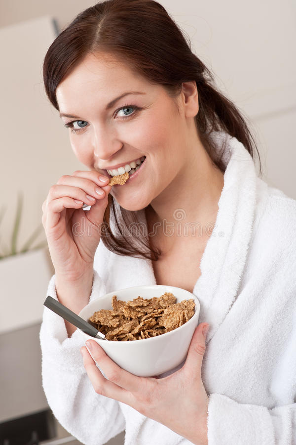 женщина хлопий для завтрака счастливая стоковое фото