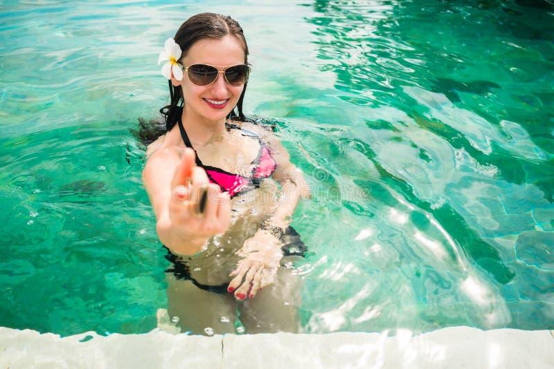 Женщина хотеть ее человека следовать здесь в бассейн стоковая фотография rf