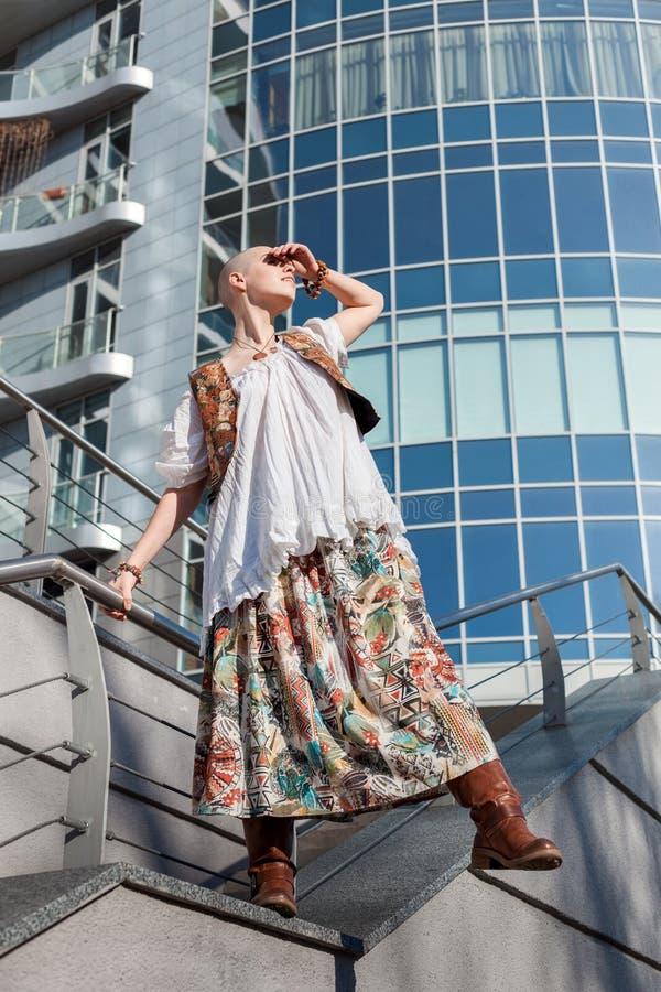 Женщина хочет поскакать с здания стоковая фотография rf