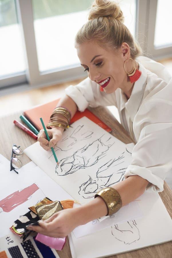 Женщина художника работая на мастерской стоковая фотография rf
