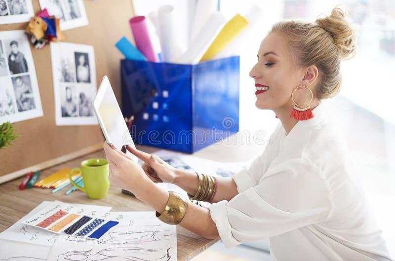 Женщина художника работая на мастерской стоковое изображение rf