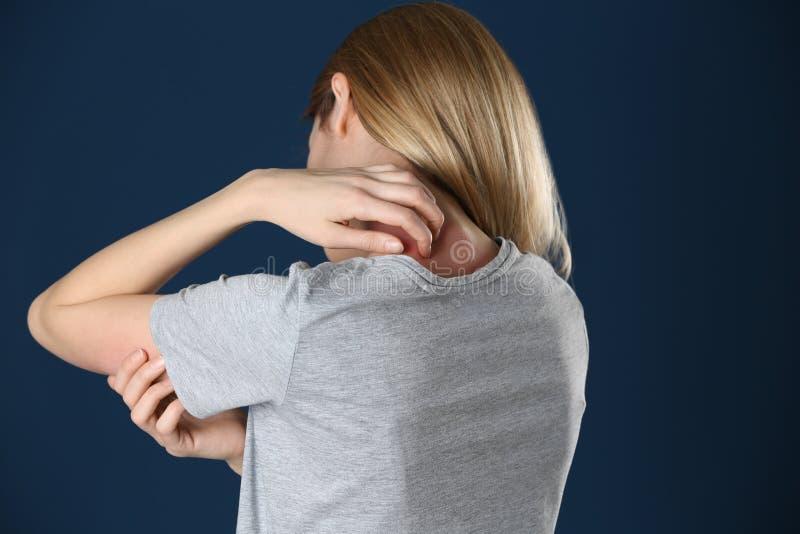Женщина царапая шею Симптом аллергии стоковая фотография rf