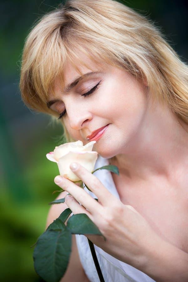 женщина цветка счастливая стоковые фото