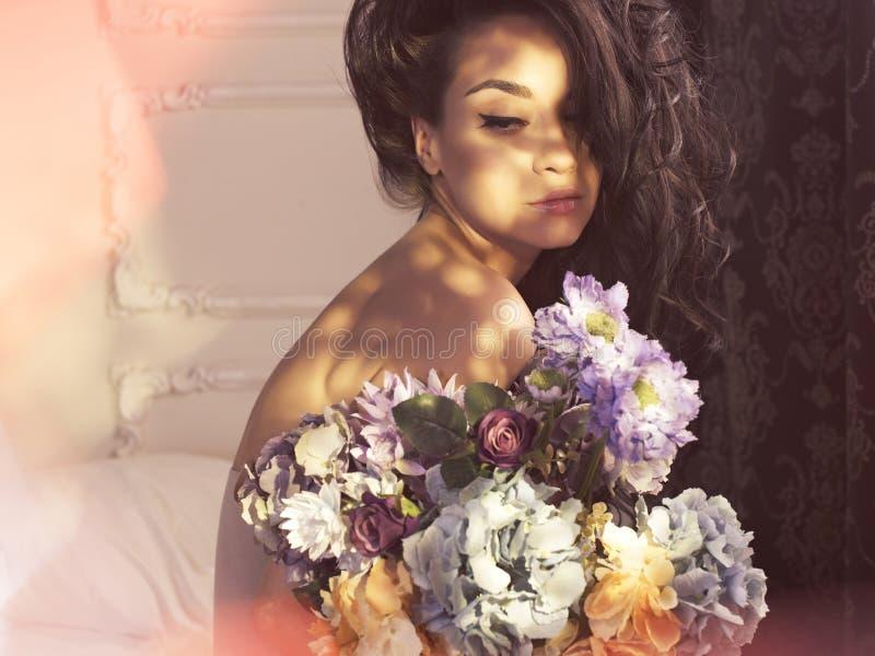 женщина цветков милая стоковое фото