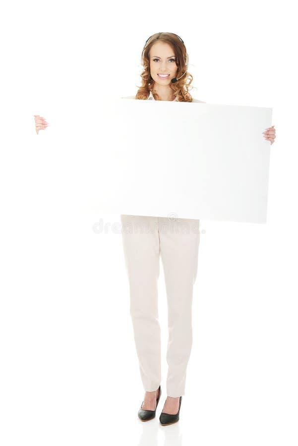Женщина центра телефонного обслуживания с пустым знаменем стоковые фото