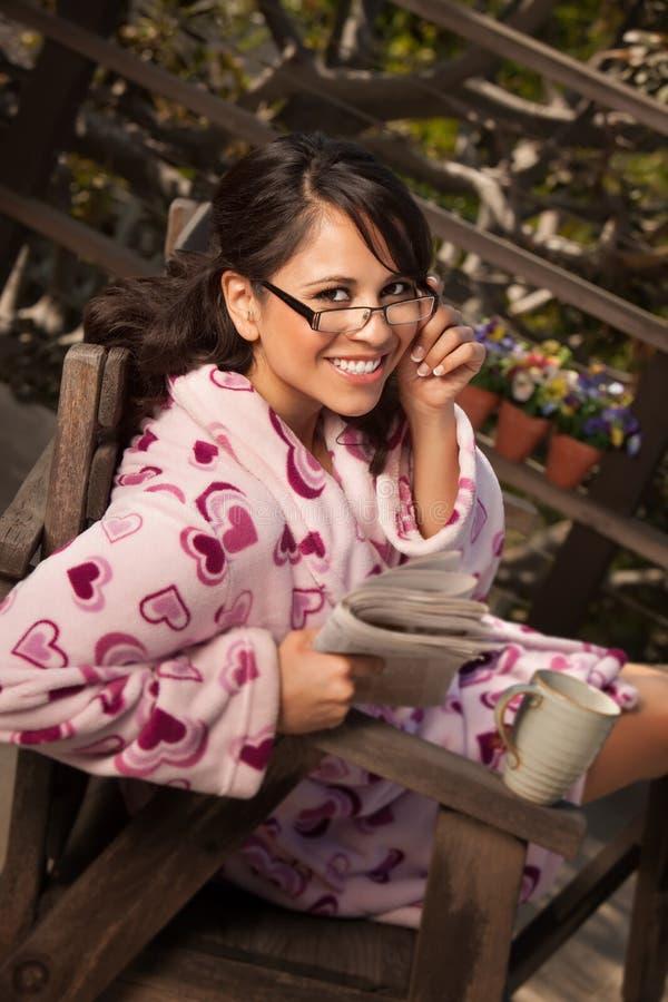 женщина чая кофе bathrobe стоковые фото