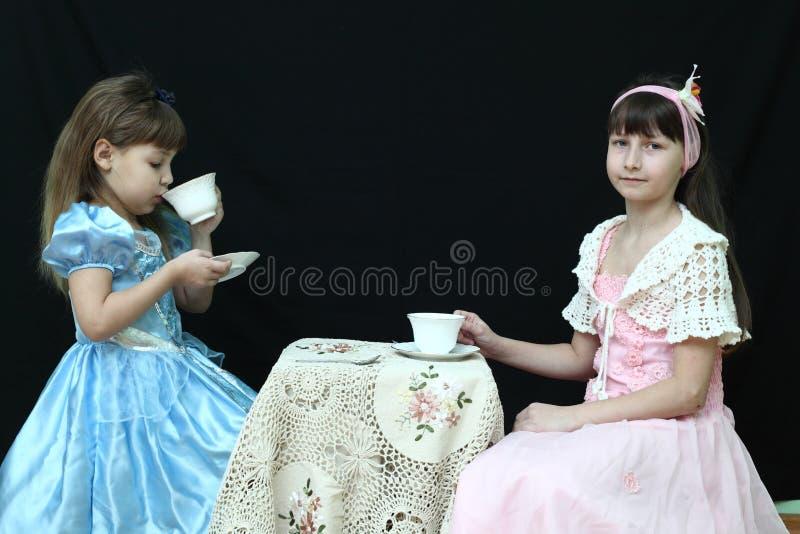 женщина чая партии пить ослабляя стоковое изображение rf
